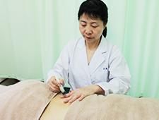 中国針と日本鍼各長所により治療を受ける